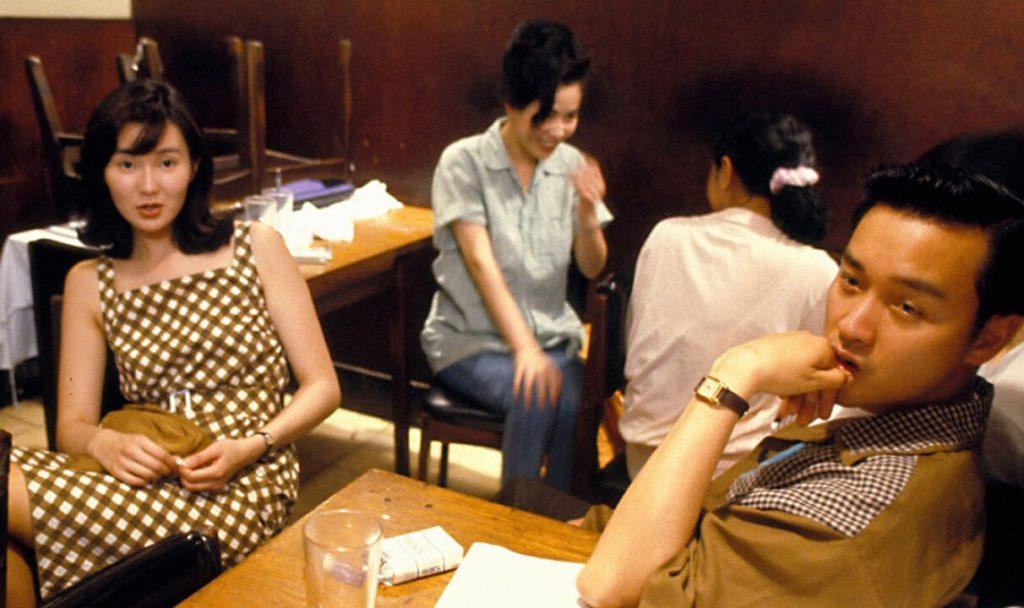 مگی چانگ و لسلی چونگ، به همراه کارینا لاو (در عقب تصویر) در فیلم روزهای وحشیبودن وونگ کار وای